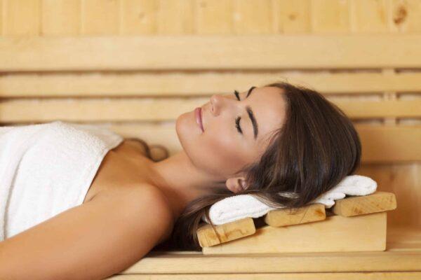 Vrouw in sauna pod e1559773835655